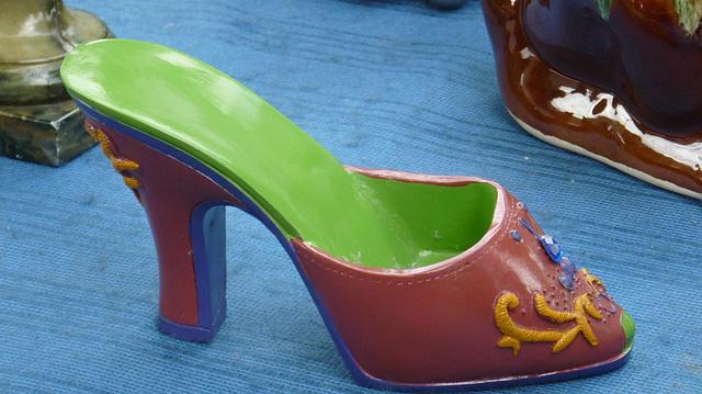 Brocante de Limoux flea market / Petite chaussure de porcelaine - Small porcelain shoe /
