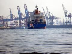 Containerschiff bei der Drehung