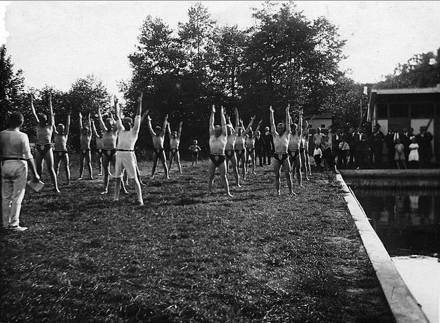 Jeder in Dreieckbadehose 1925