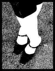 Les talons hauts de Martine sur le vert / Martine's high heels on the green  - Recadrage bichromique en noir & blanc.