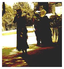 La Dame au chapeau en talons hauts / Elegant hatter Lady in high heels - Sète, France - 11 juin 2011 - Recadrage sepia foncé en postérisation.