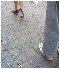 La Dame au sac blanc -Sète, France. 11 juin 2011. Shoes affair /  Flirt podoérotique sur la rue.