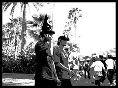 Magicien au cellulaire / Magical cell phone call time - Disney Horror pictures show / 30 décembre 2006 -  N & B postérisé