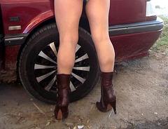 Lady Roxy -  Mécanique automibile et talons hauts / Automotive and high heels -Recadrage