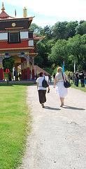Visite de temple en talons hauts / Temple visit in high heels - Photographe: Christiane / 12 juin 2011 - Photo originale