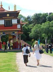 Visite de temple en talons hauts / Temple visit in high heels - Photographe: Christiane / 12 juin 2011 - Recadrage