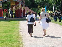 Visite de temple en talons hauts / Temple visit in high heels - Photographe: Christiane / 12 juin 2011 - Recadrage 2