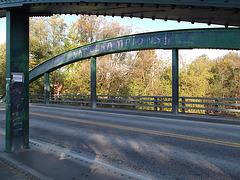 Pont graffitien dans l'ombre / Graffitis bridge in the shadow