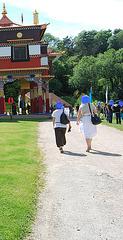 Visite de temple en talons hauts / Temple visit in high heels - Photographe: Christiane / 12 juin 2011 - Têtes bleues / Blue heads