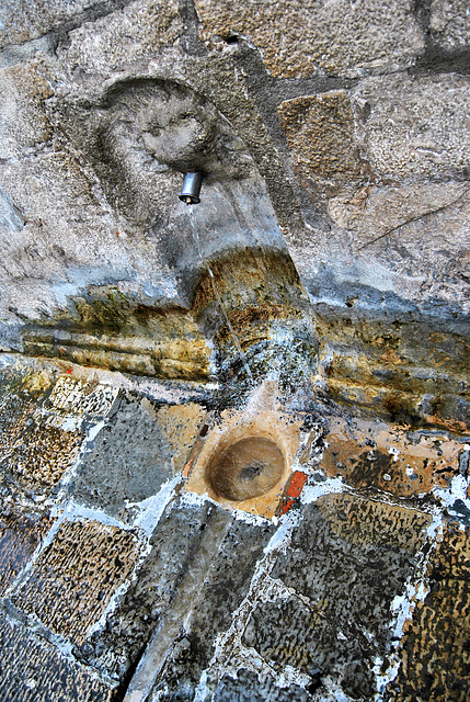 Pilar del Arrabalejo (sobre fondo negro)