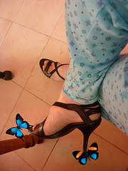 Christiane !!! Pyjama, talons hauts et papillon / pajamas, high heels and butterfly