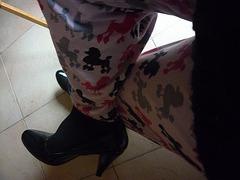Dame Christiane en pyjama caniche  et escarpins noirs en cuir patent  / Lady Christiane in pijama poodle and black pumps - 14 décembre 2011  /  Rotation anti-horaire
