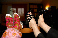 Confidences sur dossier de chaise / Confidences on chair back - Dame Spirit et une complice s'amusent !  Lady Spirit and a high-heeled colleague enjoying themselves !