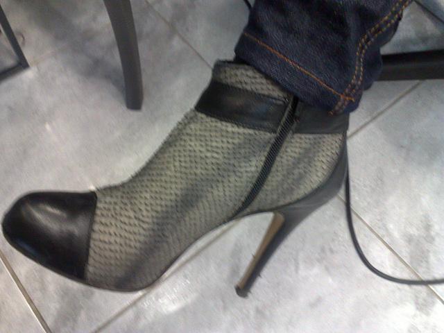 Lady Bergham en bottines sexy à  talons hauts / Lady Bergahm's high heels short boots
