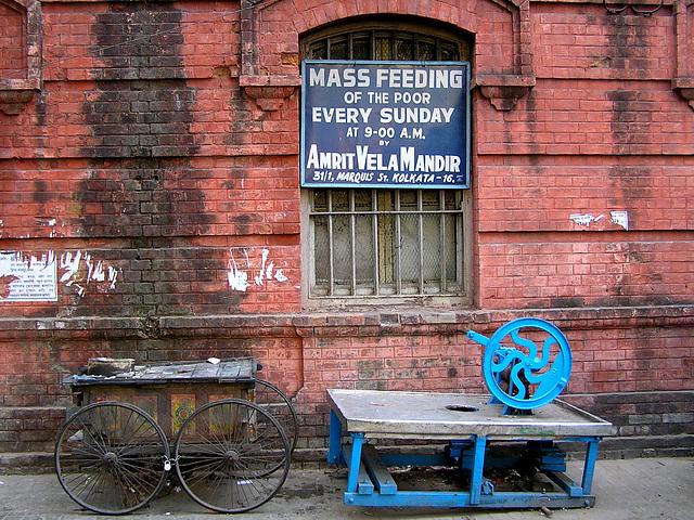 Calcutta: feeding of the poor (nourrir les pauvres)
