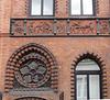 Fassade in gebranntem Ton dekoriert