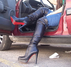 Lady Roxy in her leather high-heeled boots / Lady Roxy dans ses bottes de cuirs à talons hauts / Recadrage