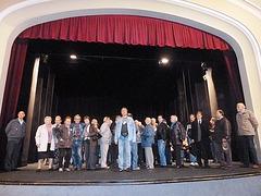 Partoprenantoj de la13-a ĈEA-kongreso sur la teatra podio