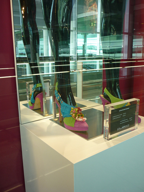 Étalage Custo display / Aéroport de Barcelone / Barcelona airport  - Zapato Custo con tacones altos / 28 juin 2010 - Photo originale