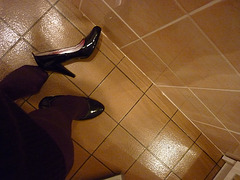 Escarpins chauds sur tuiles froides / Hot black pumps on tiles floor - Christiane en action / In act  / Photo originale