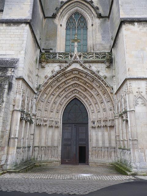 Timpan de la cathédrale de Saintes.