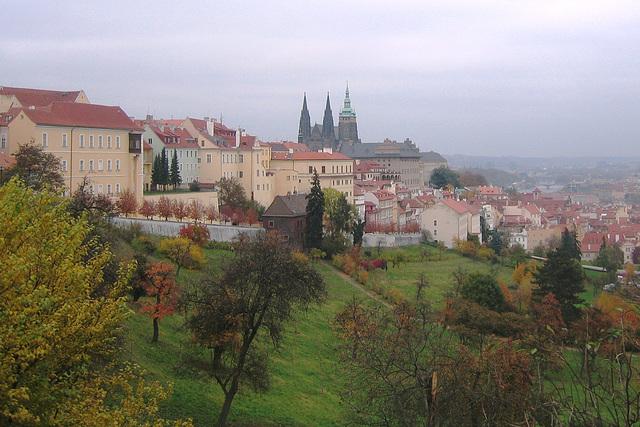 Panoramo de la kvartalo Hradčany kaj Praga burgo  el la montparko Petřín