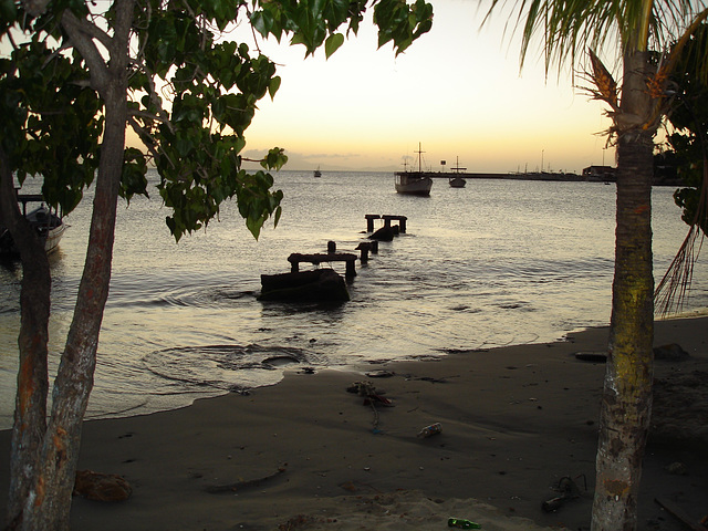 Former dock by the sunset / Ancien quai et soleil couchant.