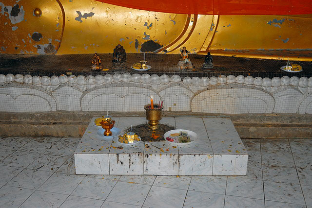 An altar in front of the reclining Buddha