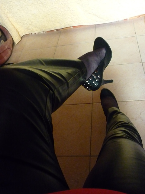 Lady 72 /  Escarpins et pantalons de cuir - Leather pants and high heels.