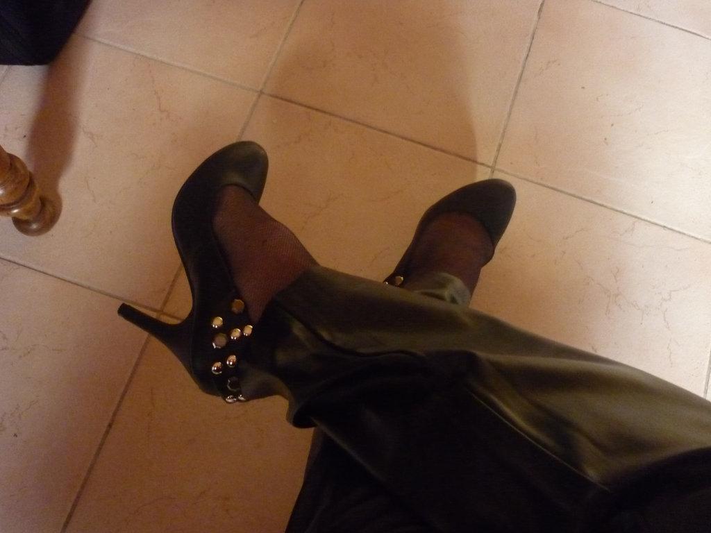 Lady 72 / Escarpins et pantalons de cuir - Leather pants and high heels /Originale
