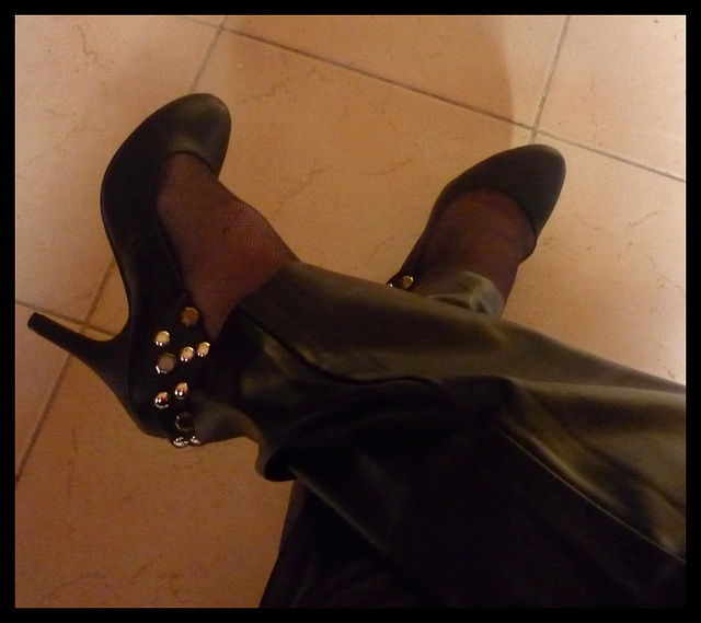 Lady 72 /  Escarpins et pantalons de cuir -Leather pants and high heels /Recadrage