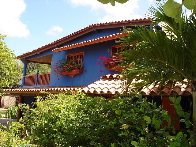 Casa azul en la Playa Zaragoza.