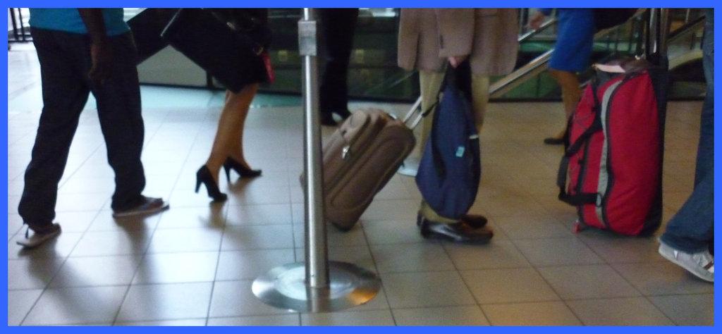 Embarquement en talons hauts / Boarding in high heels  - Airport / Aéroport de Schiphol airport - 9 juillet 2011