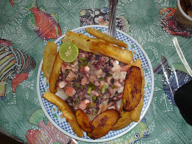 Pieuvre et yucas frites / Pulpo y yucas fritas / Octopus and fried yucas.