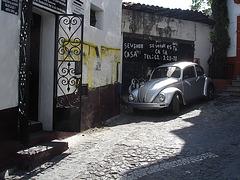 Maison à vendre et cox à admirer / House for sale and shady Volkswagen beetle - 30 mars 2011