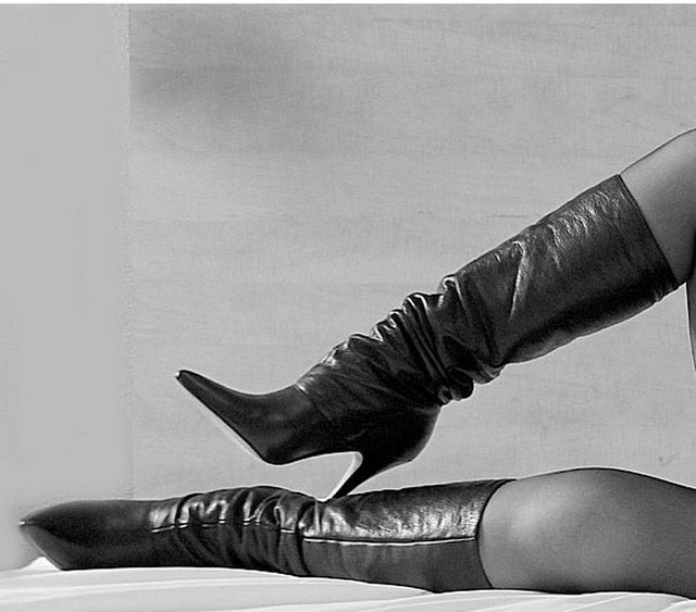 Dame Annick en bottes de cuir à talons hauts / Lady Annick's leather high-heeled boots