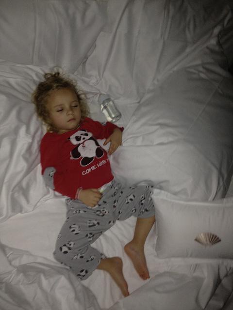 Evie dans un grand lit...