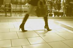 Asian Booty shopping in high-heeled boots / Jeune Dame Asiatique en bottes à talons aiguilles au centre commercial  - 14 octobre 2007 -  Version sepia