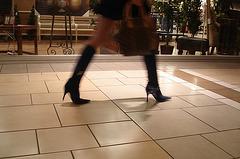 Asian Booty shopping in high-heeled boots / Jeune Dame Asiatique en bottes à talons aiguilles au centre commercial.