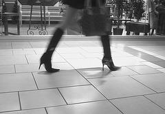 Asian Booty shopping in high-heeled boots / Jeune Dame Asiatique en bottes à talons aiguilles au centre commercial / B & W - Noir et Blanc