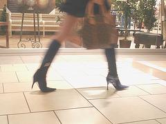 Asian Booty shopping in high-heeled boots / Jeune Dame Asiatique en bottes à talons aiguilles au centre commercial  - 14 octobre 2007