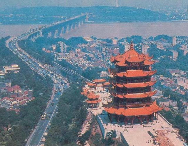 Pavilono Huanghe, unu el la tri plej famaj pavilonoj sude de Jangzio rivero sude de Cxinio