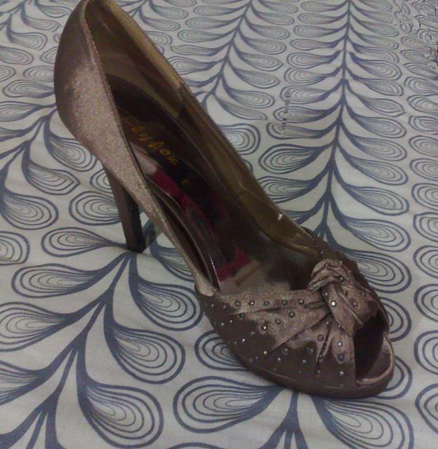 Dame / Lady Bergham - Sa chaussure à talon haut de lit / Her bed high heel shoe - 31 décembre 2011