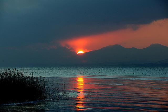 Le soleil se cache derrière le Jura...