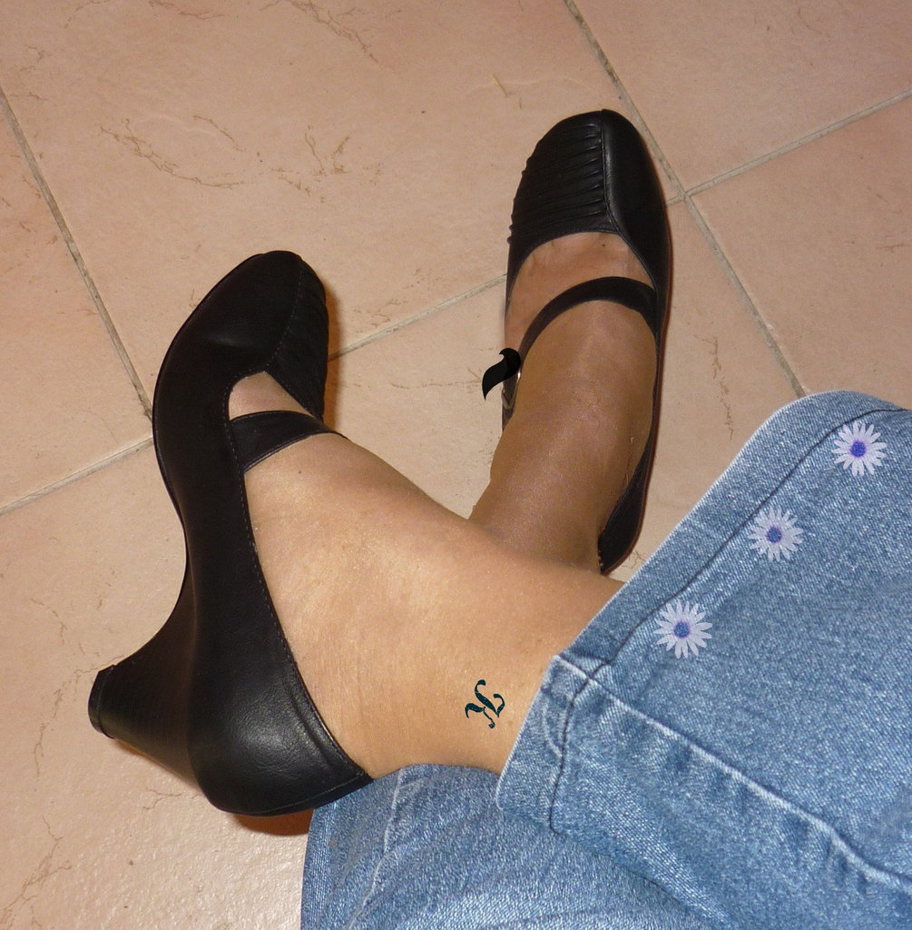 Christiane en talons hauts / In high heels - Tatouage K sur cheville / Ankle K tatoo - Photo originale  - Recadrage