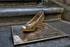 Aschenbrödels verlorener Schuh auf der Treppe von Schloss Moritzburg.
