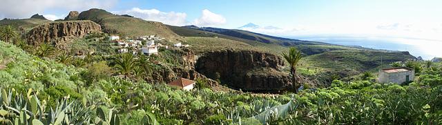 Beim kleinen Ort Antoncojo mit dem Teide auf Tenerife im Hintergrund. ©UdoSm