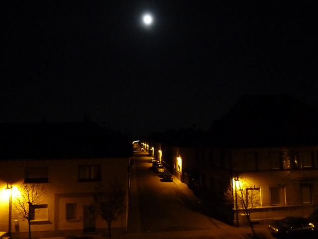 Mond über der Stasse