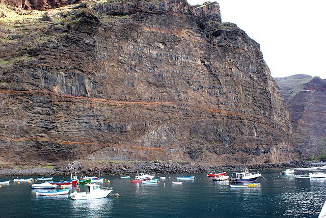 Puerto Vueltas. Fischerboote im Schutz der Felswand. ©UdoSm