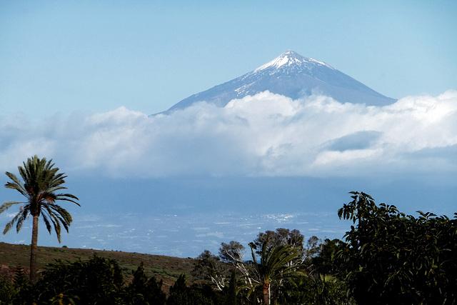 Der Teide auf der Nachbarinsel Tenerife mit vom Wind bewegtem Meer... ©UdoSm